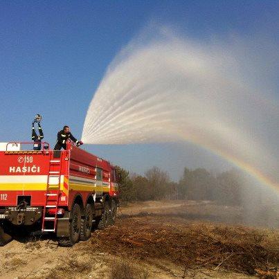 Tlačová konferencia k zásahu proti lesnému požiaru pri Bzenci, Česká republika